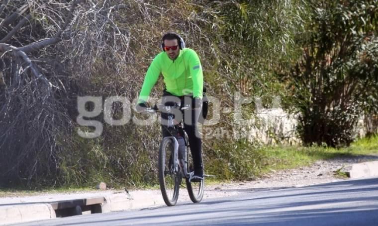Νίκος Βέρτης: Με το ποδήλατό του στην Βουλιαγμένη