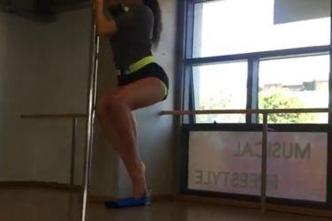 Κάνει pole dancing και ανεβάζει επικίνδυνα τη θερμοκρασία