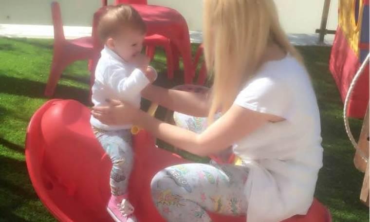 Παιχνίδια με την κόρη της στον ήλιο για την Ελληνίδα ηθοποιό