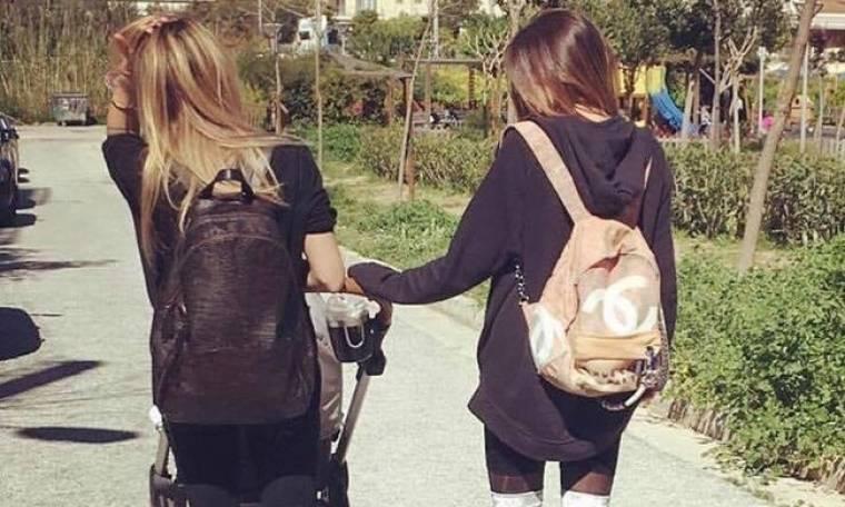 Βόλτα στο πάρκο με την κόρη της και την αδερφή της η...