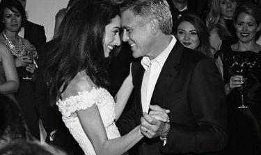 Μόλις μάθαμε το φύλο των μωρών της Αmal Clooney και του George αλλά όχι από τους ίδιους