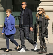 Lopez: Βόλτα με την μητέρα της και τον… σύντροφό της