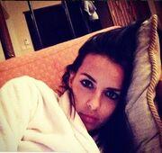 Η selfie της Όλγας Λαφαζάνη από το σαλόνι του σπιτιού της