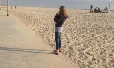 Βόλτα στην παραλία με το νεογέννητο η...