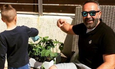 Γρηγόρης Γκουντάρας: Η ανακοίνωση από τον κήπο του σπιτιού του παρέα με το γιο του