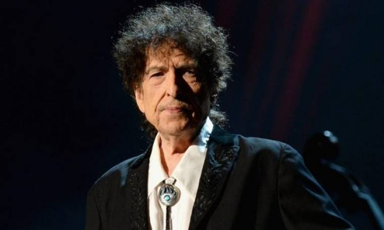Bob Dylan: Παρέλαβε το βραβείο Νόμπελ φορώντας… κουκούλα (φωτο)