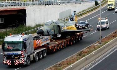 Πολεμικό αεροσκάφος στην Εθνική Οδό Αθηνών - Λαμίας: Απίστευτες εικόνες