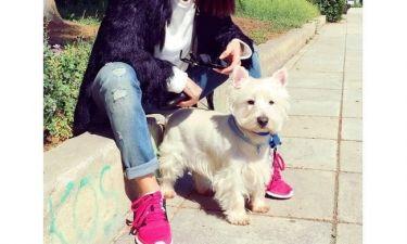Απολαμβάνει τον ήλιο παρέα με τον σκύλο της