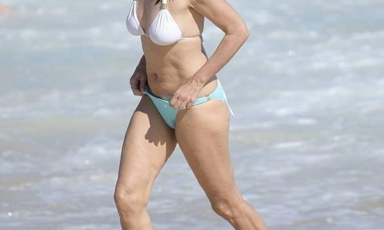 Αυτό είναι το κορμί στα 51 της χωρίς ίχνος ρετούς. Ανήκει στην...