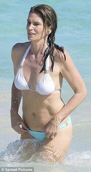 Αυτό είναι το κορμί στα 51 της χωρίς ίχνος ρετούς της…