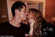 Αγορασμένη αγάπη; Πασίγνωστη τραγουδίστρια δίνει… 25.000 ευρώ τον μήνα στον 33χρονο σύντροφό της