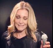 Νατάσα Θεοδωρίδου: Η  λαμπάδα -μικρόφωνο, που θα κρατήσει στην Ανάσταση!
