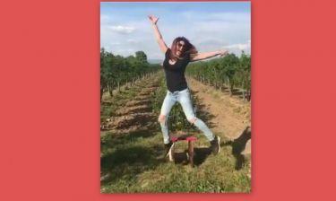 Η Έλενα Παπαρίζου από τους αγρούς εύχεται «Χρόνια Πολλά»!
