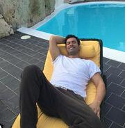 Ο Νίκος Παπαδάκης χαλαρώνει στην ξαπλώστρα