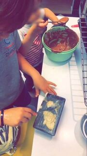 Super mama! Η Σίσσυ φτιάχνει κέικ με τους γιους της