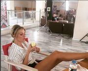 Εκείνη κοιτάει το μήλο της και εμείς τα πόδια της
