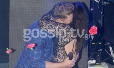 Τραγουδίστρια άρπαξε το μικρόφωνο και τον… Χολίδη και δεν τον άφηνε από την αγκαλιά της!