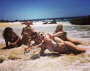 Katy Perry: Οι διακοπές της και οι... καρύδες