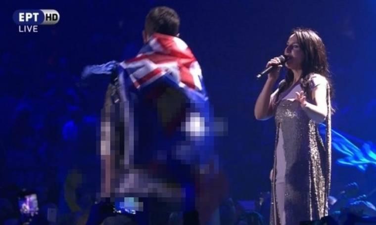 Eurovision 2017: Απίστευτο! Ανέβηκε στη σκηνή και κατέβασε το παντελόνι του