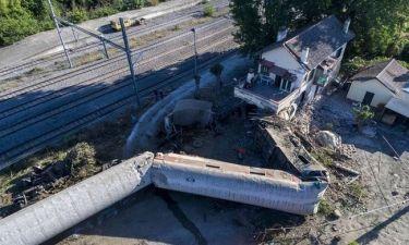 Εκτροχιασμός τρένου: Στο σκοτάδι οι έρευνες για τα αίτια της τραγωδίας - Τρεις οι νεκροί (pics+vids)