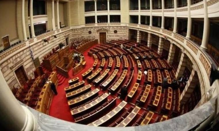 Βουλή: Ο Κασιδιάρης χτύπησε τον Δένδια (vid)