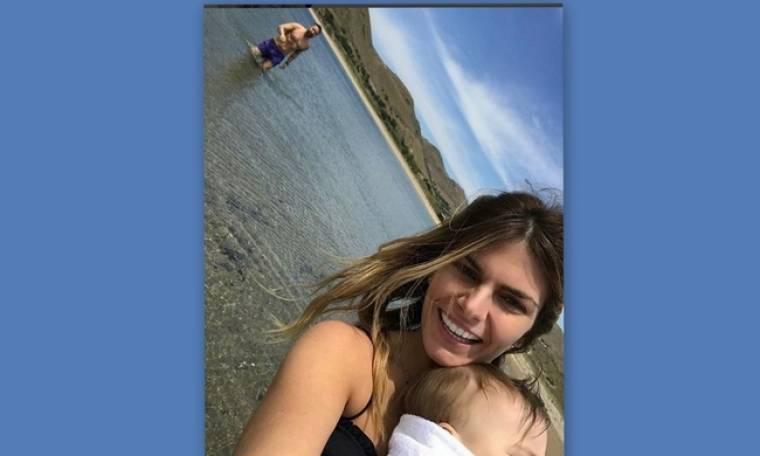 Γιάννης Βαρδής - Νατάσα Σκαφίδα: Το πρώτο μπάνιο με την κόρη τους στη Λήμνο