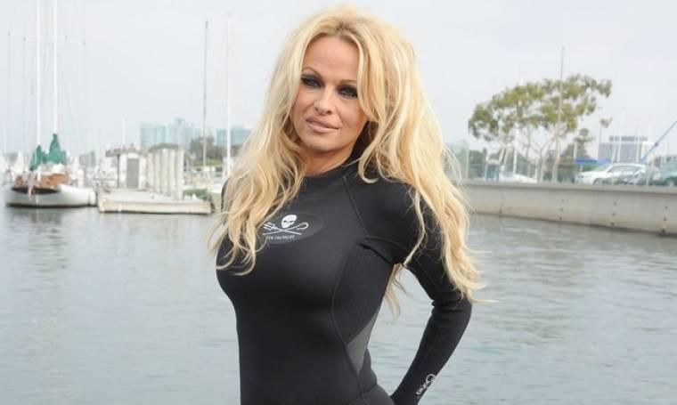 Εμφάνιση σοκ! Ξεχάστε την Pamela Anderson που θυμάστε. «Μεταλλαγμένη» η ηθοποιός