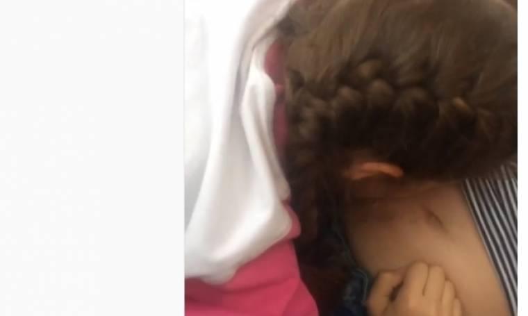Φιλάει τη φουσκωμένη κοιλίτσα της μαμάς της