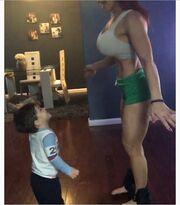 Γυμνάζεται με τον γιο της