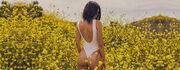 Kendal Jenner: Τρέχει με το μαγιό της στα λιβάδια