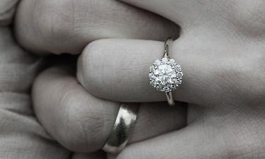 Η απίθανη πρόταση γάμου σε Ελληνίδα δημοσιογράφο: «Μου την έκανε σε μία τέντα με κάτι γελάδια...»