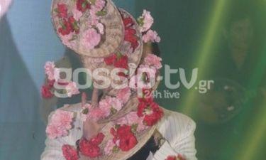 Πρεμιέρα είχε! Να μην εκτοξευθούν πανέρια με λουλούδια την ώρα που τραγουδούσε;