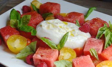 Μια φανταστική σαλάτα με καρπούζι, ντομάτα και τυρί Burrata!