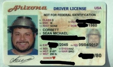 Ο λόγος που αυτός ο άνδρας φωτογραφήθηκε στο δίπλωμα οδήγησης με ένα σουρωτήρι στο κεφάλι