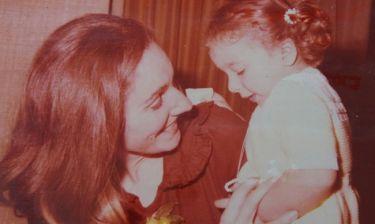 Μαμά και κόρη πόζαραν αγκαλιά! Αναγνωρίζετε ποιες είναι;