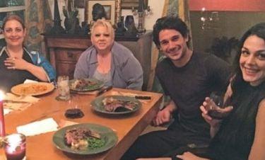 O Τέο Πένγκλις μαγείρεψε αρνάκι και θαλασσινά για Έλληνες φίλους στο σπίτι του στο L.A.