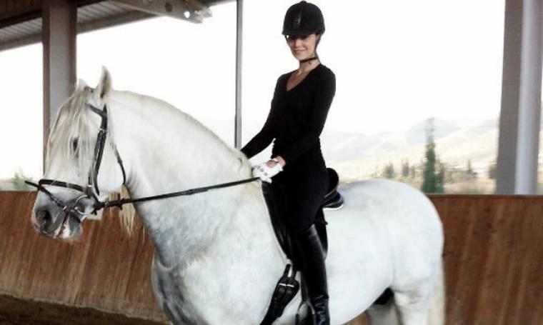 Καβάλα στο άλογο η Υβόννη!