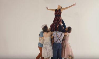Ανατρεπτικό: Ελληνίδα ηθοποιός πρωταγωνιστεί σε βίντεο κλιπ τραγουδιού με τον σύντροφό της και τον..