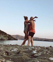 Δείτε την Μακρυπούλια στην παραλία αγκαλιά με τον Μουτσινά
