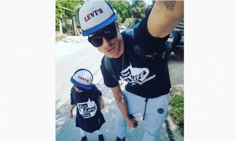 Μπαμπάς και γιος ποζάρουν ντυμένοι ασορτί στα Άσπρα Σπίτια
