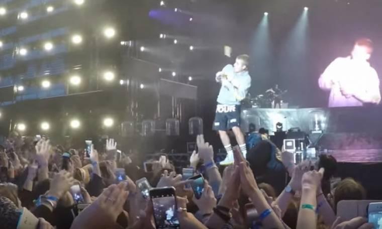 Ο Bieber ξέχασε τα λόγια του τραγουδιού του και του πέταξαν… μπουκάλι