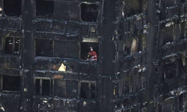 «Θαύμα» μέσα στα αποκαΐδια: Σώοι εντοπίστηκαν πέντε αγνοούμενοι του Grenfell Tower