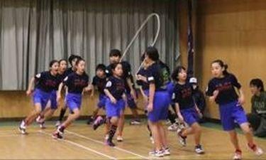 Το απίστευτο ρεκόρ Γκίνες μαθητών στο σχοινάκι