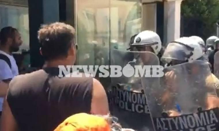 Επεισόδια και στη Βουλή - Εργαζόμενοι των ΟΤΑ επιχείρησαν να εισβάλουν στο Περιστύλιο (pics+vid)