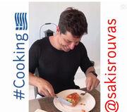 Δείτε τον Σάκη Ρουβά ντυμένο… σεφ να μαγειρεύει ελληνικό πιάτο! (Φωτό)
