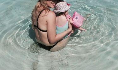 Οι πρώτες βουτιές της παρουσιάστριας με την 11 μηνών κόρη της