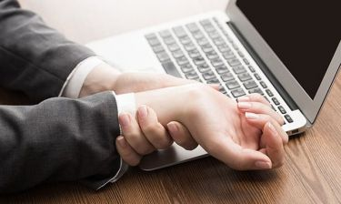 Χέρια και πόδια που μυρμηγκιάζουν: 7 κοινές αιτίες που πρέπει να ξέρετε