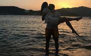 Απολαμβάνει τον έρωτά της στο ηλιοβασίλεμα της Μυκόνου
