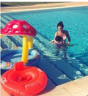 H Ελένη Καρποντίνη μαθαίνει στον μπόμπιρά της να κολυμπά!