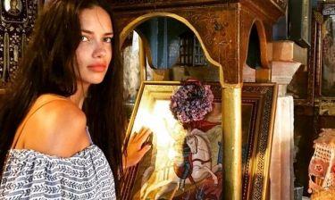 H Adriana Lima στην ορθόδοξη εκκλησία του Αγίου Γεωργίου